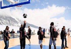 托尼-帕克在瑞士一冰川上举办篮球比赛