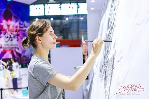 20年傳奇熱血巨制!烏克蘭畫家CJ現場描繪經典巨幅畫卷