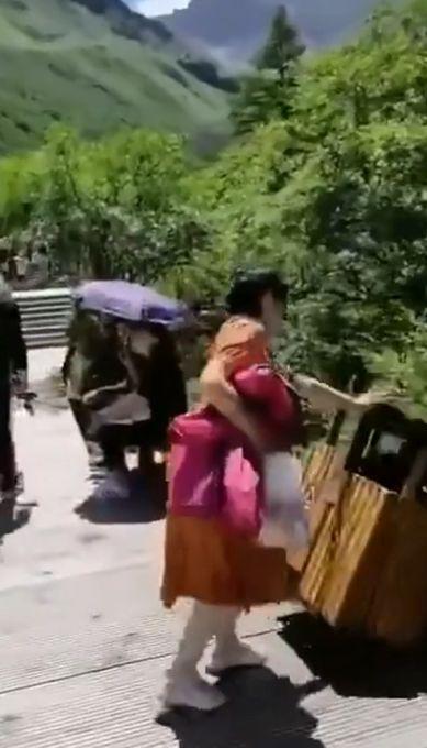 警方通报女游客无故推倒景区设施 结果大快人心