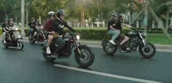 大话西游2这两位幸运玩家把黄渤同款摩托车领回家了!