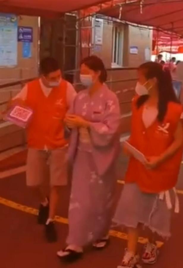 酒店回应员工穿和服外出做核酸 系违规穿着工作服外出
