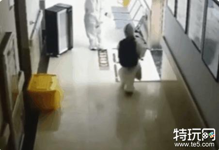 4岁孩子核酸阳性 独自在医院检查 网友:瞬间破防了!